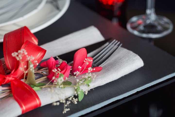 Que ideia delicada! Aqui, as flores do cíclame decoram talhares e guardanapos sobre a mesa posta