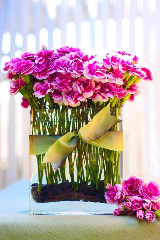 Aqui, os cravos cor de rosa formam um arranjo elegante e moderno para ser usado em festas e eventos