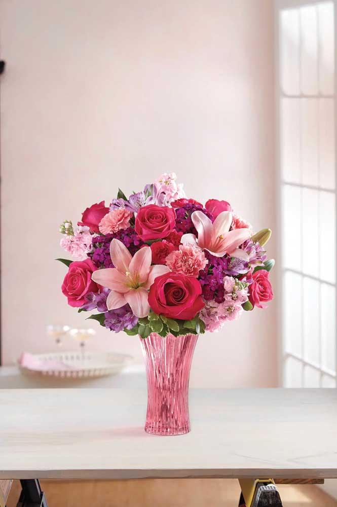 Cravos, lírios e rosas se completam nesse arranjo colorido e perfumado