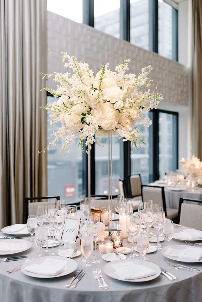 Quer um arranjo de mesa elegante para o casamento? Então aposte nas gardênias brancas