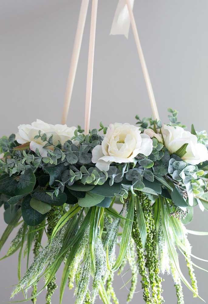 Arranjo suspenso com flores de inverno para decorar o salão de festas