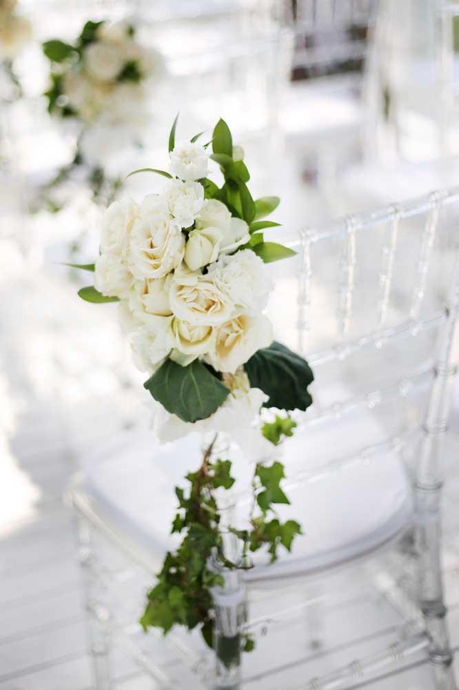 Flores de inverno na decoração do casamento. Aqui, foram usadas gardênias para enfeitar as cadeiras da cerimônia