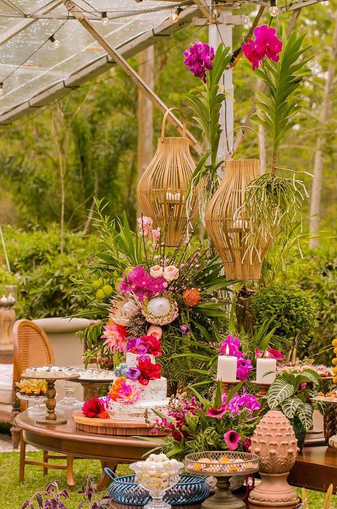Casamento ao ar livre decorado rusticamente com orquídeas e outras espécies de flores de inverno