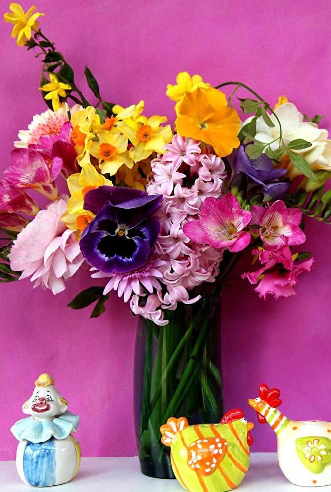 Com tanta cor e alegria, esse vaso nem parece um arranjo de flores de inverno