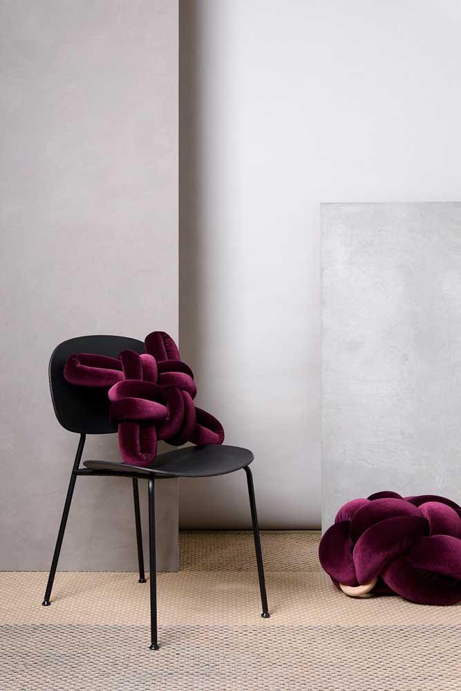 Um toque de chiqueza na decoração com a almofada de nó feita de veludo