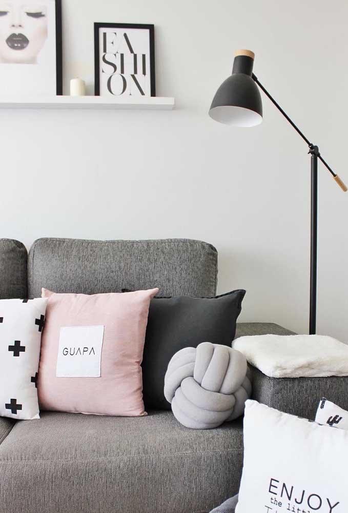 Uma típica decoração escandinava não pode deixar de exibir a almofada de nó, de preferência em alguma cor suave