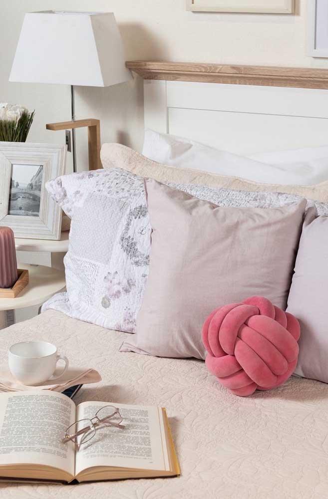 Aqui, a almofada cor de rosa parece ser muito útil e prática para as atividades do dia a dia