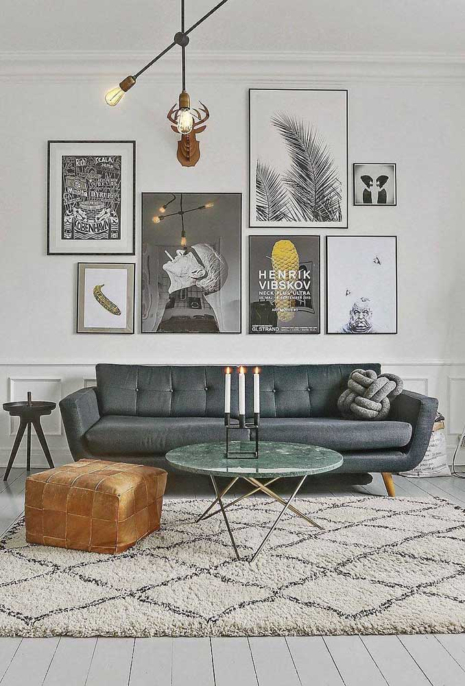 Até a sala de estar super contemporânea se rendeu ao charme da almofada de nó