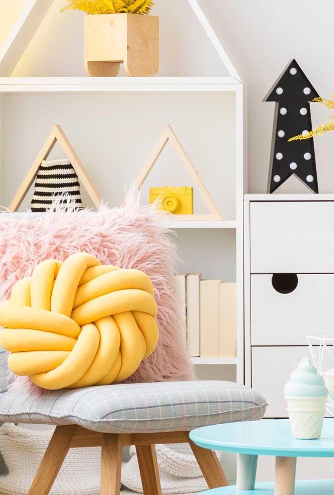 Decoração escandinava com almofada de nó amarela. Tem como ficar melhor?