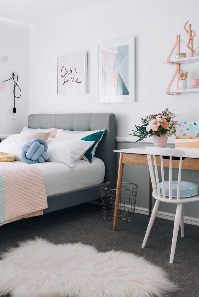 O quarto de casal apostou em uma almofada de nó azul para combinar com os demais elementos da decoração