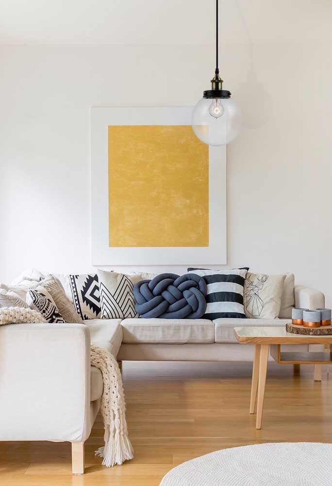 Almofada de nó diferente para a sala de estar. Repare como ela se destaca em meio as outras almofadas