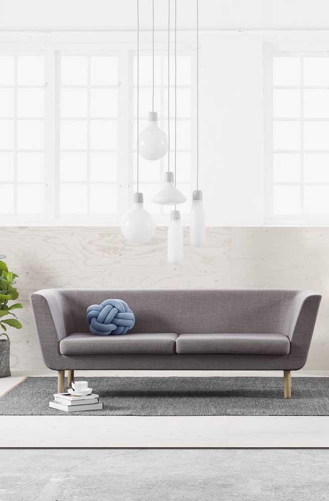 E mesmo nos ambientes mais sóbrios e clássicos ainda existe espaço para a descontraída almofada de nó