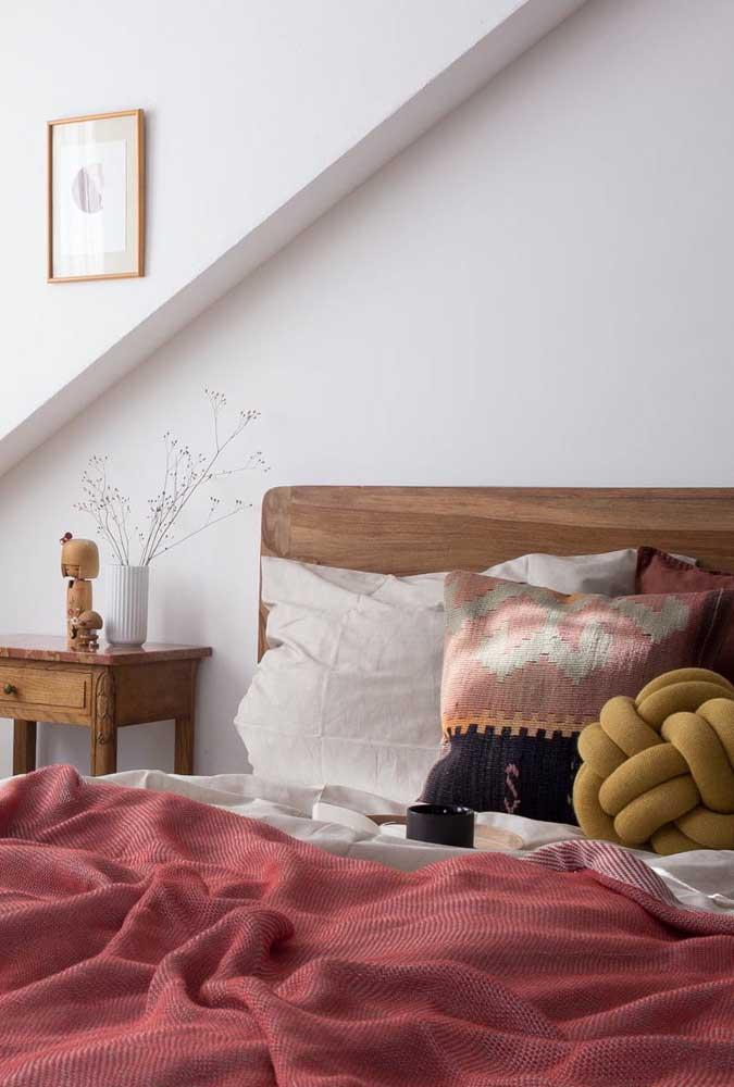 Uma almofada de nó para se destacar sobre a cama