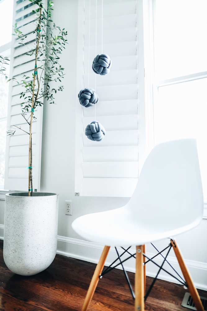 E o que acha de criar uma decoração inusitada com as almofadas de nó? Aqui, elas viraram pendentes