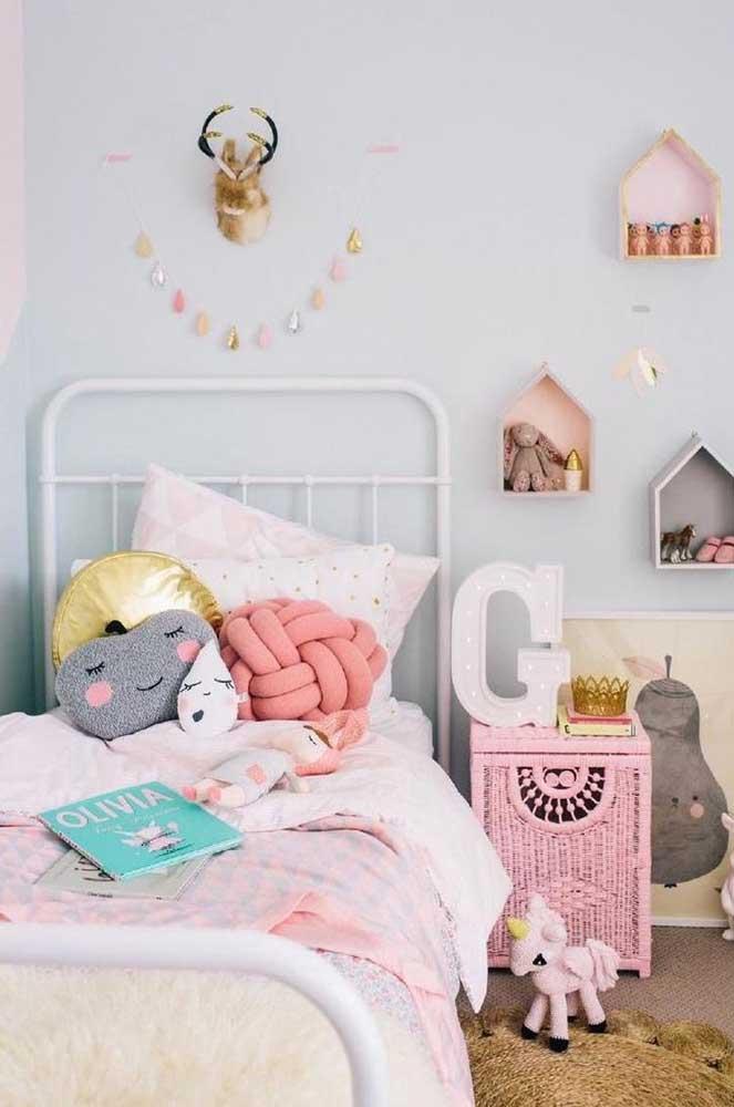 Não sabe como deixar o quartinho infantil mais charmoso? Invista em uma almofada de nó na cor da decoração