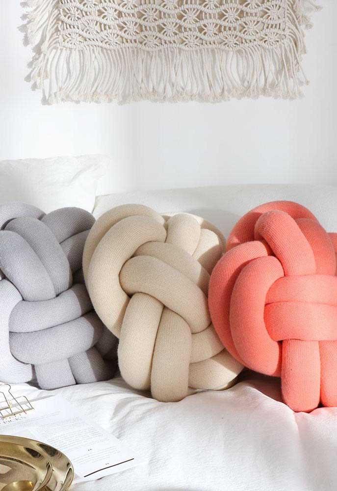 Faça um mix de cores com as suas almofadas de nó e ganhe uma decoração original e exclusiva