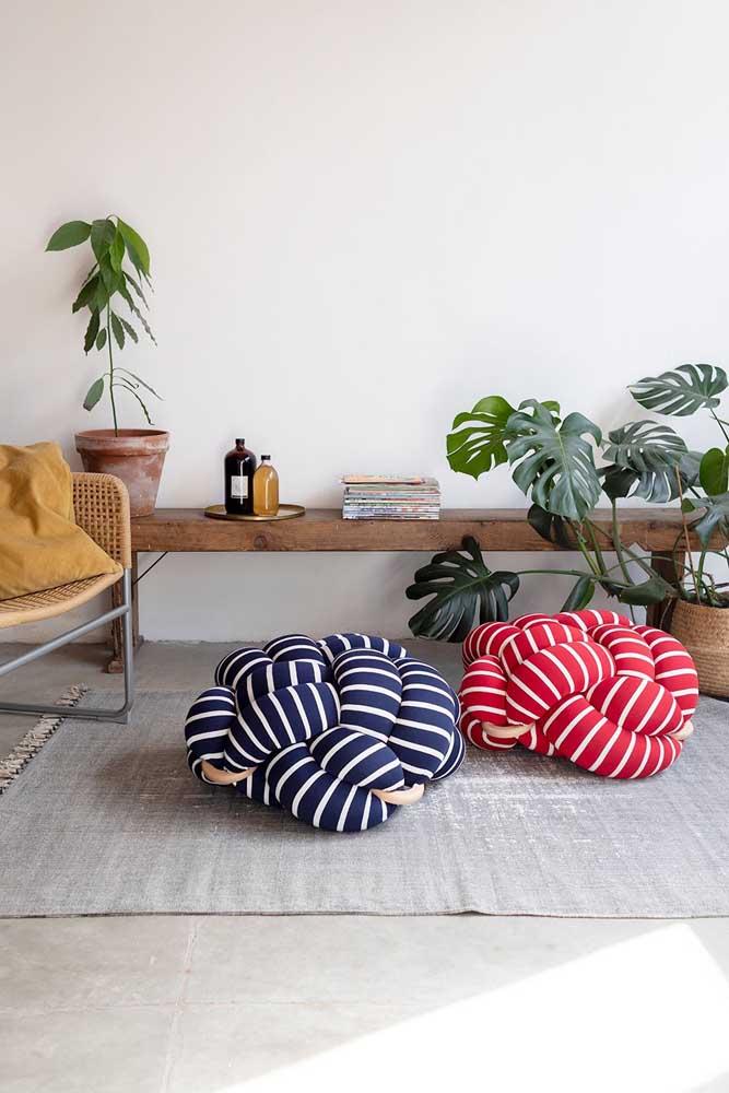 As almofadas no chão são um convite para quem deseja relaxar e descansar um pouquinho
