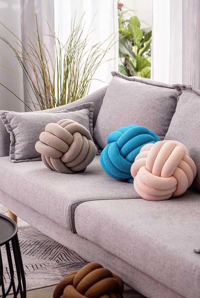 Nessa sala de estar, as almofadas de nó estão por todos os lados!