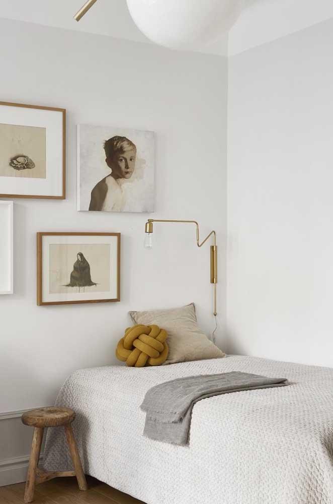 Em cima da cama só dá ela: a almofada de nó. Repare que a cor se harmoniza perfeitamente com os demais elementos da decoração
