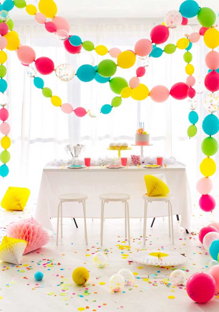 Festa surpresa simples, mas sem deixar de ser especial. Aqui, são os balões o principal elemento da decoração