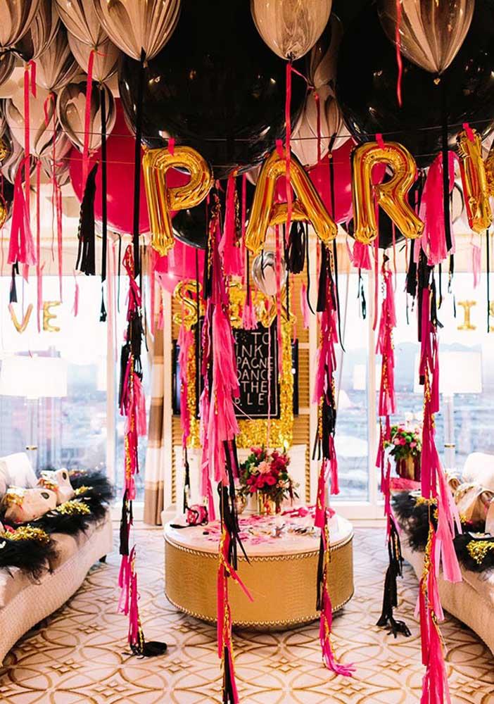Festa surpresa na sala de casa. Balões e fitas para decorar
