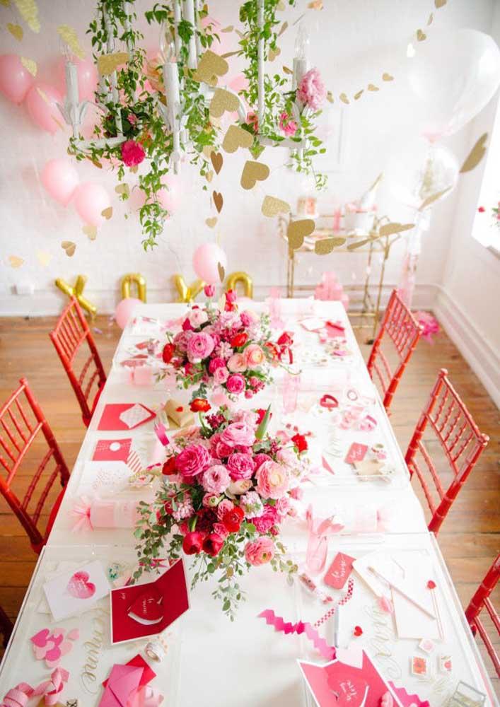E para completar a decoração invista em flores e em uma mesa posta bem elegante