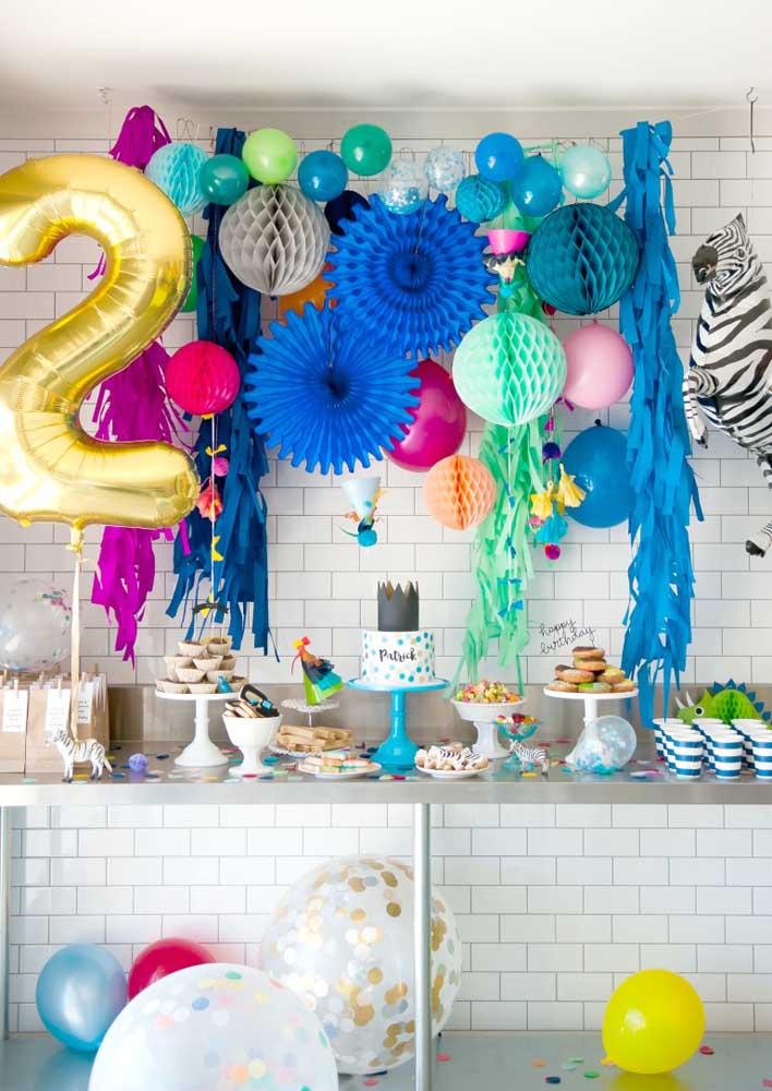 Uma inspiração de festa surpresa para lá de animada, colorida e divertida