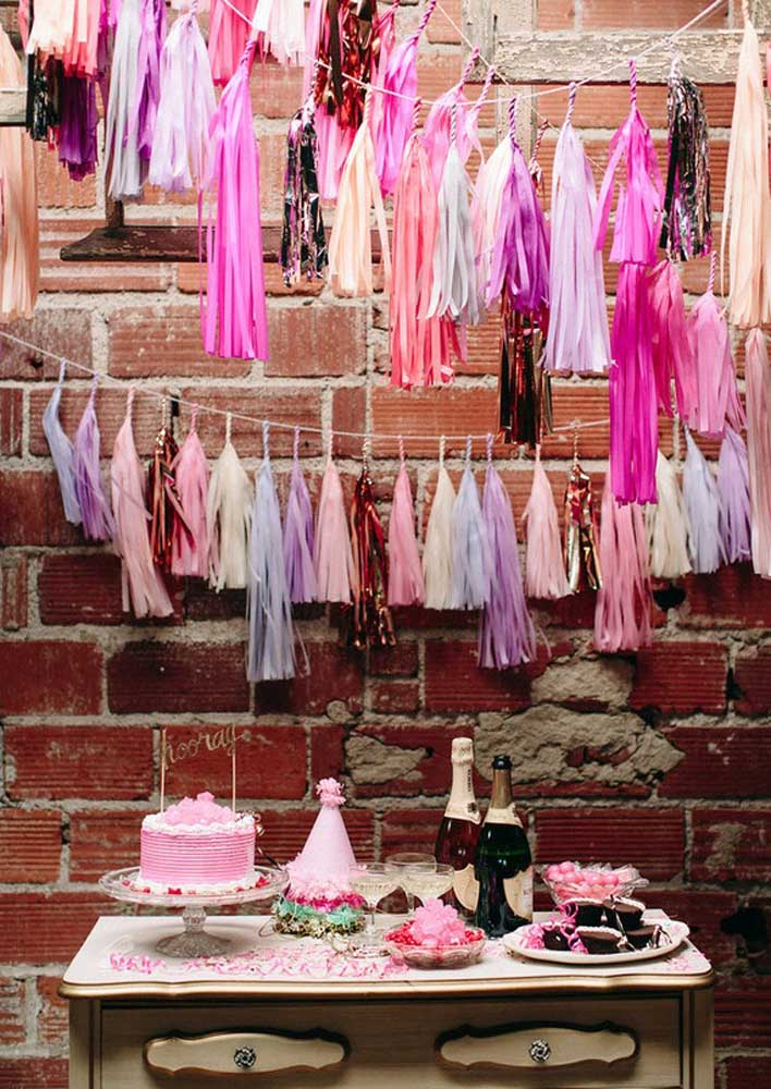 O ambiente rústico recebeu muito bem a decoração colorida da festa surpresa