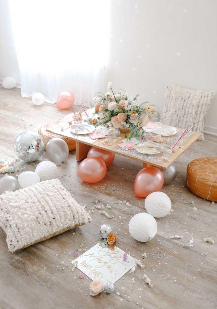 E que tal convidar todo mundo para se sentar no chão? A ideia vai muito bem em festas informais e descontraídas