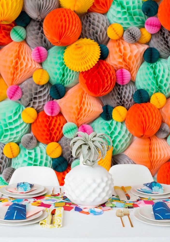 Enfeites de papel colorido para uma festa surpresa bem animada