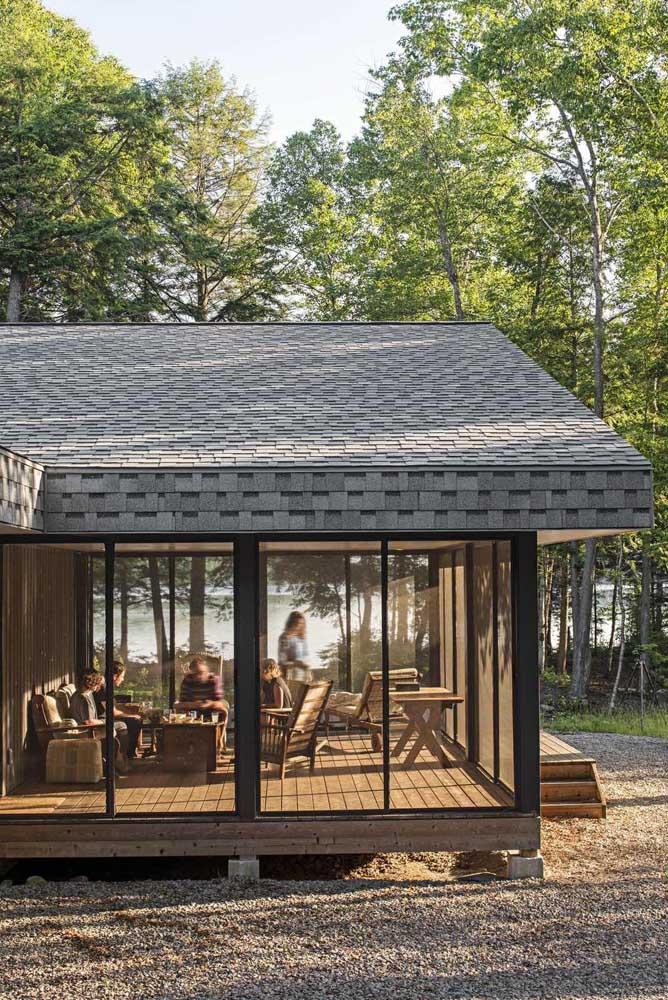 Telha Shingle cinza para a casa em meio a natureza. Repare que a telha acompanha o beiral