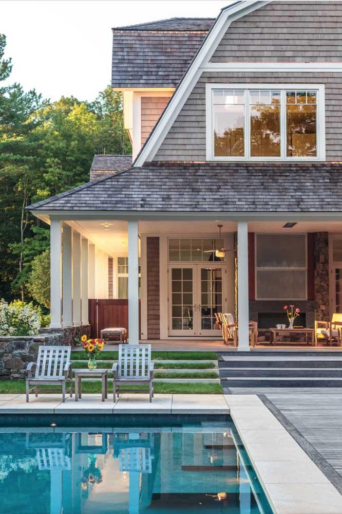 Uma casa clássica com telhado shingle