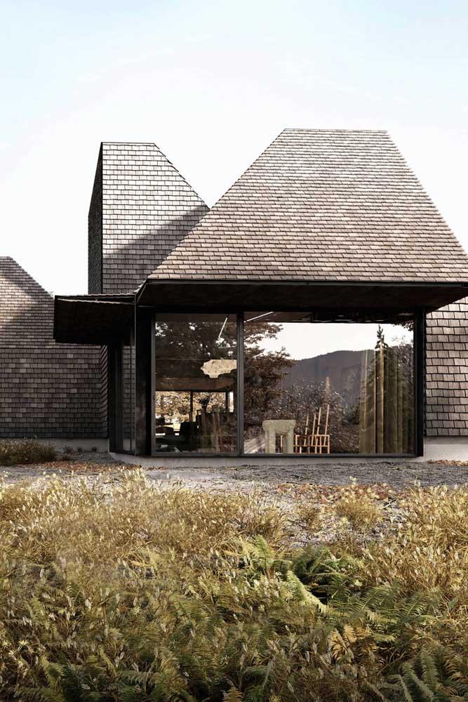 Casa moderna com paredes de vidro e telhado single