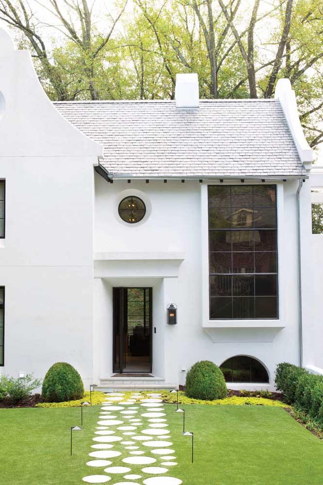 Mas se a ideia é apostar em um projeto clean, as telhas shingle brancas são uma ótima opção