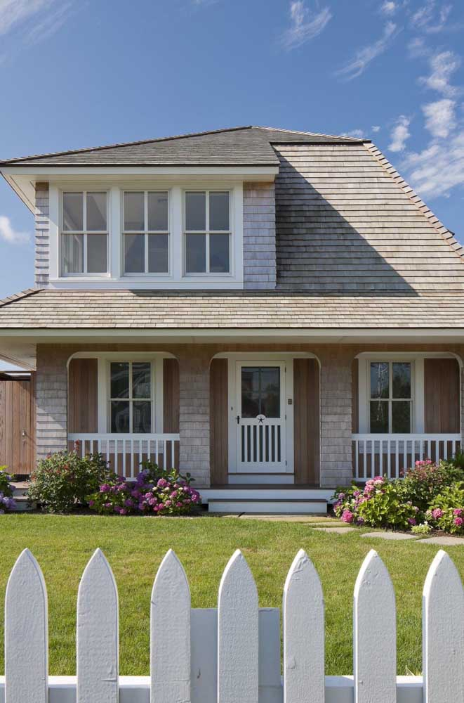 Telha shingle marrom para combinar com o estilo rústico da construção
