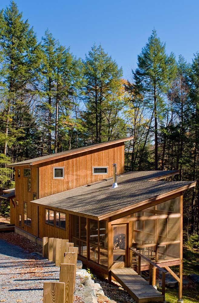 Já aqui é a casa toda de madeira que ganhou telhas shingle