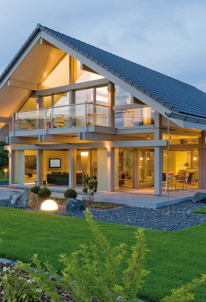 Telhado duas águas construído com telhas shingle