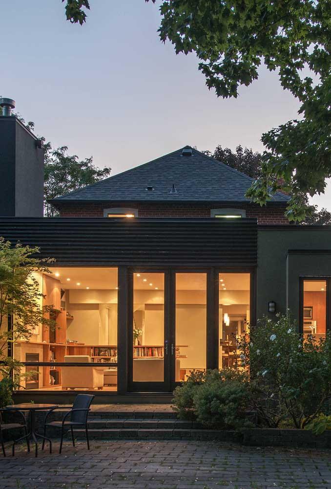 Como valorizar a fachada de uma casa pequena? Com um telhado shingle