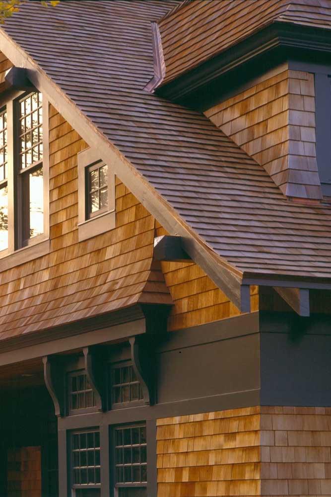 Telha shingle no telhado e na parede dessa casa de luxo