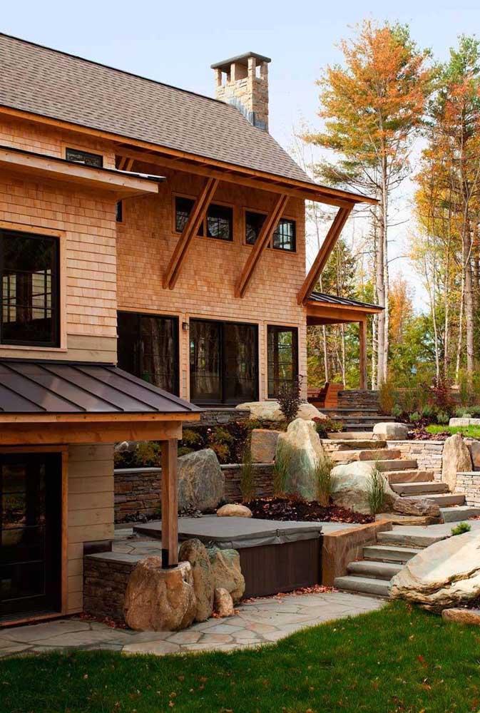 Casa com telha shingle marrom, perfeita para um ambiente em meio a natureza