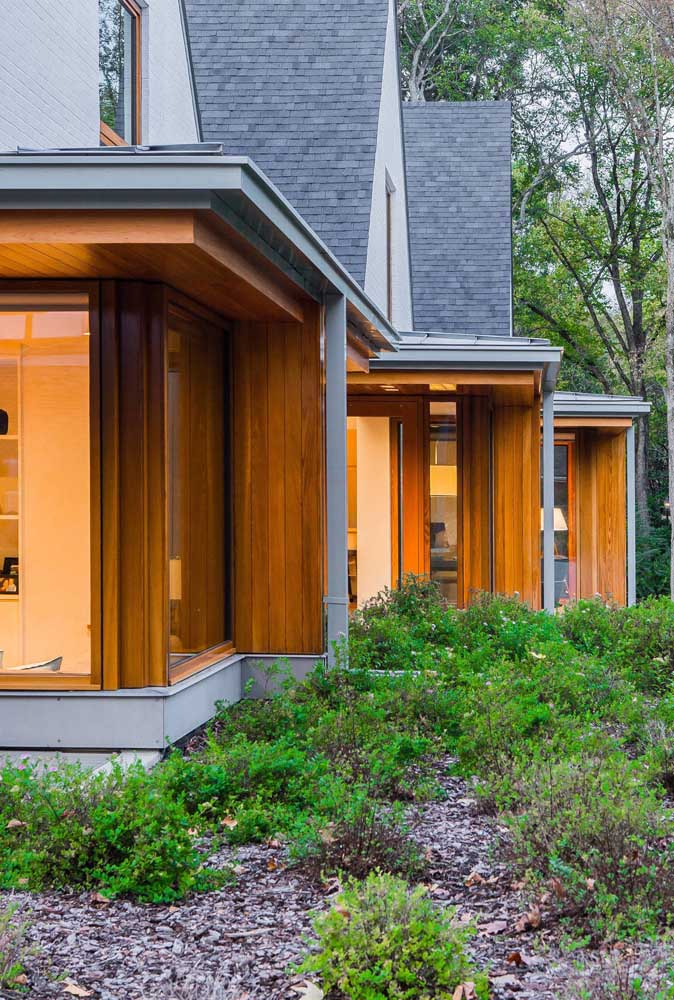 E o que acha da combinação entre madeira e telha shingle cinza?
