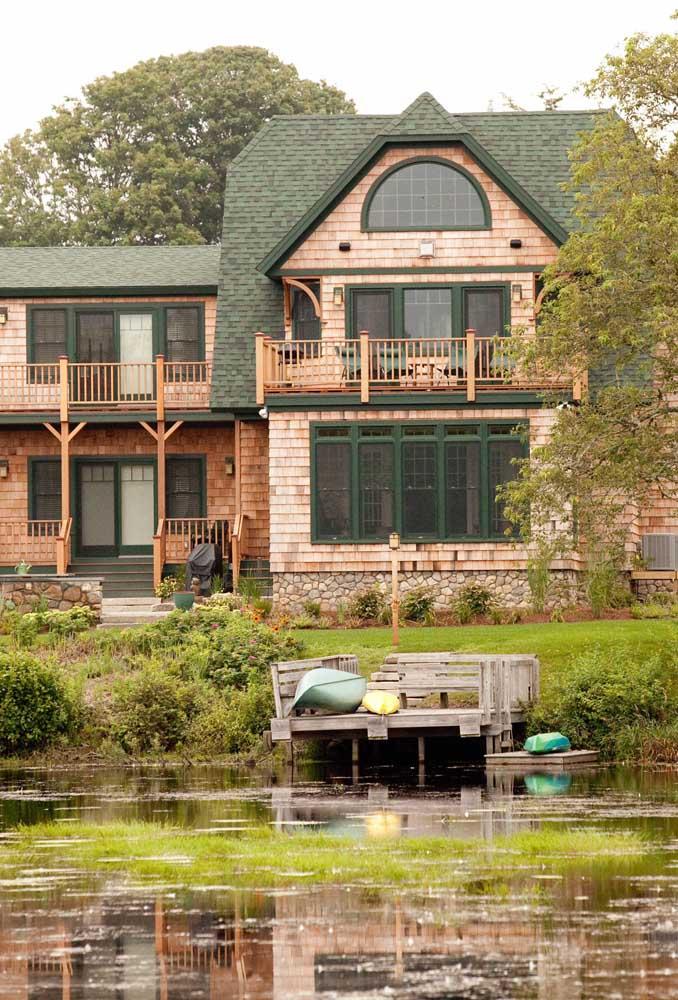 E se a ideia é criar contraste, aposte na combinação fachada de tijolinhos e telha shingle verde