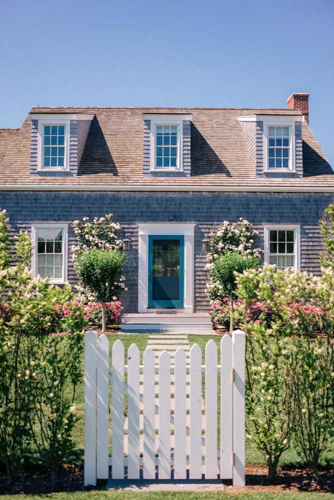 Nessa típica casa americana, a telha shingle marrom faz a cobertura do telhado, já o modelo cinza reveste as paredes