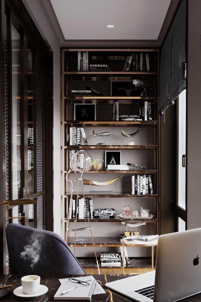 Mesa de mármore para o home office. Para fechar a proposta, os tampos da estante também foram feitos com a pedra
