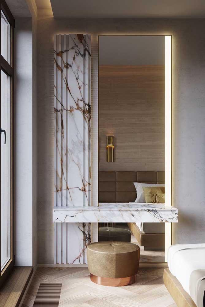 Penteadeira de mármore branco para o quarto do casal: um luxo só. Repare ainda que a pedra foi usada para o revestimento da parede