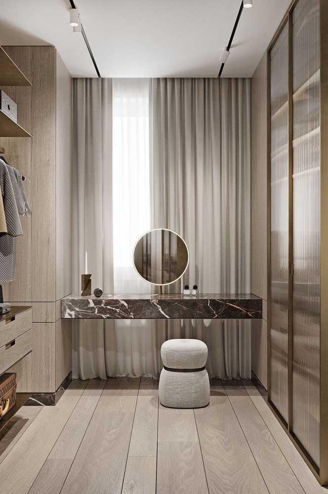 Esse closet de casal ganhou uma linda bancada suspensa de mármore que pode ser usada como penteadeira