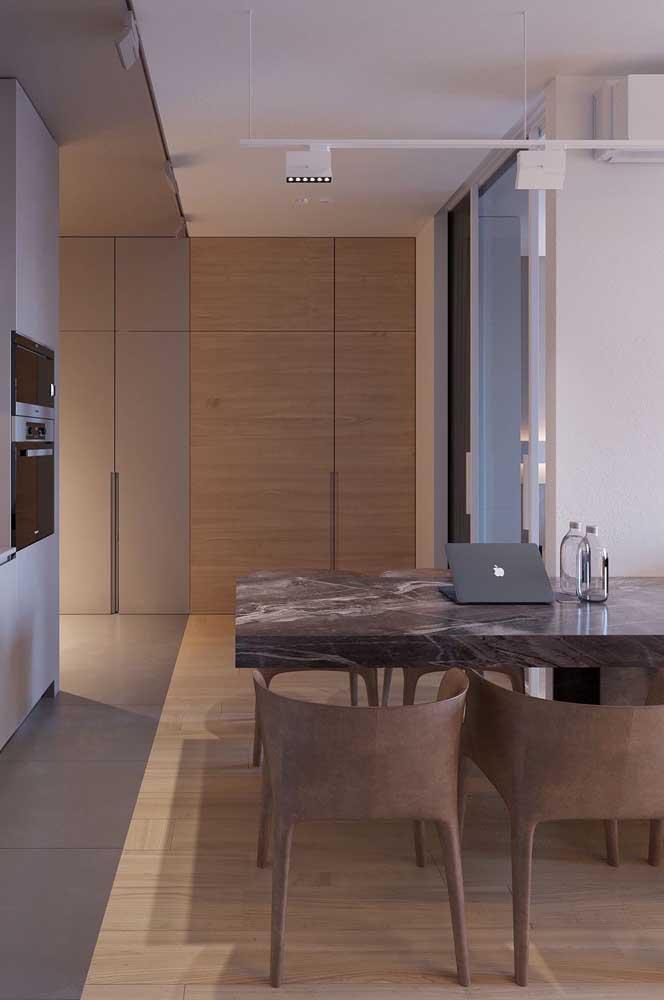 Mesa de mármore preto na sala de jantar. Muito chique!