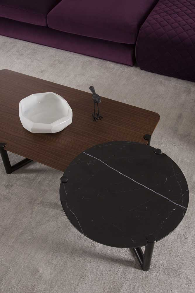 Composição de mesa de centro redonda com mesa retangular de madeira. O casamento deu certo!