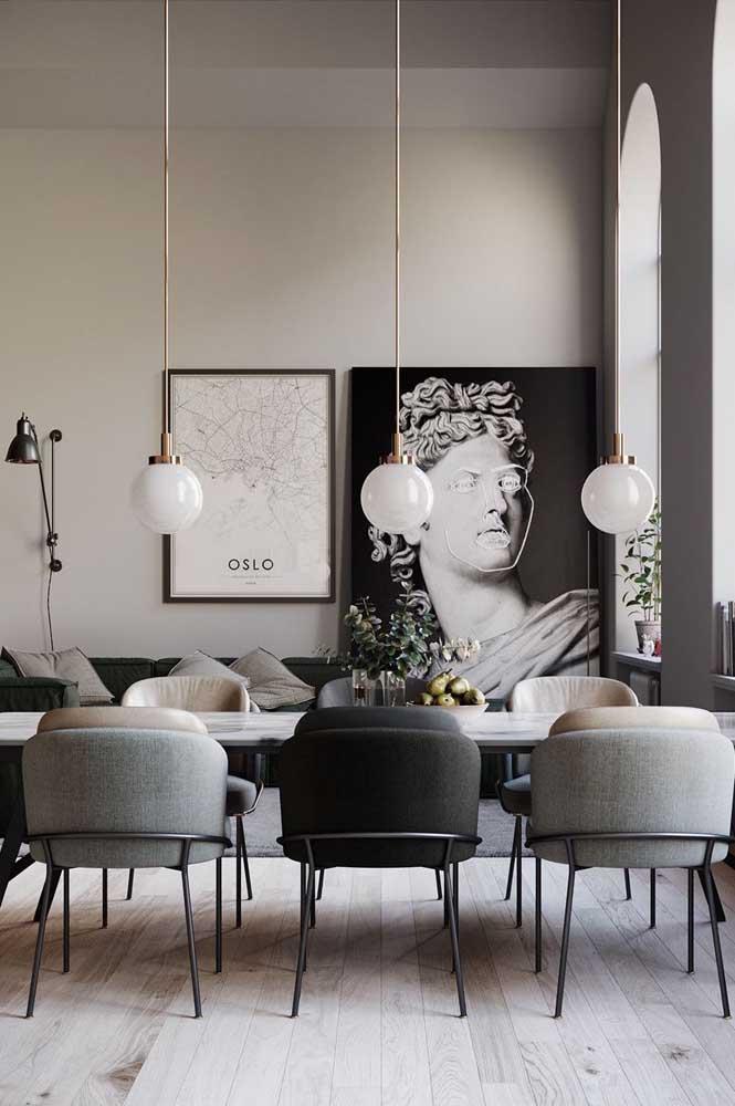 Essa sala de estar contemporânea apostou na mesa de mármore para ficar ainda mais glamorosa