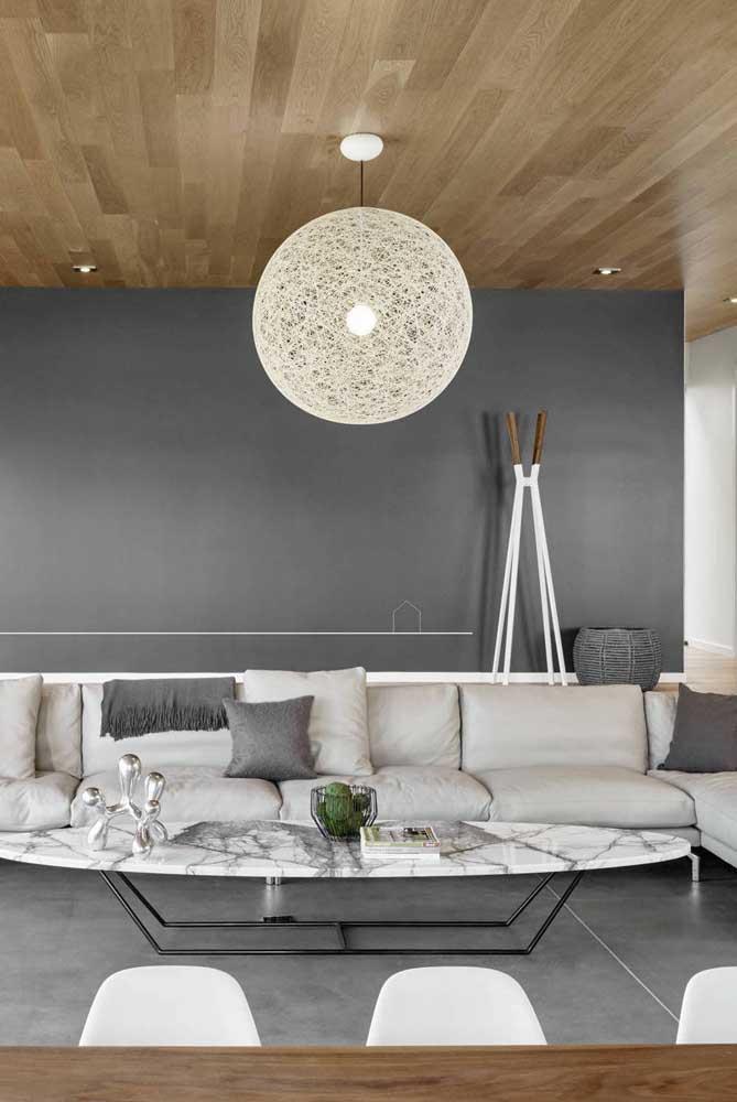 E para quem tem sala grande, vale a pena apostar em uma mesa de centro oval como essa da imagem